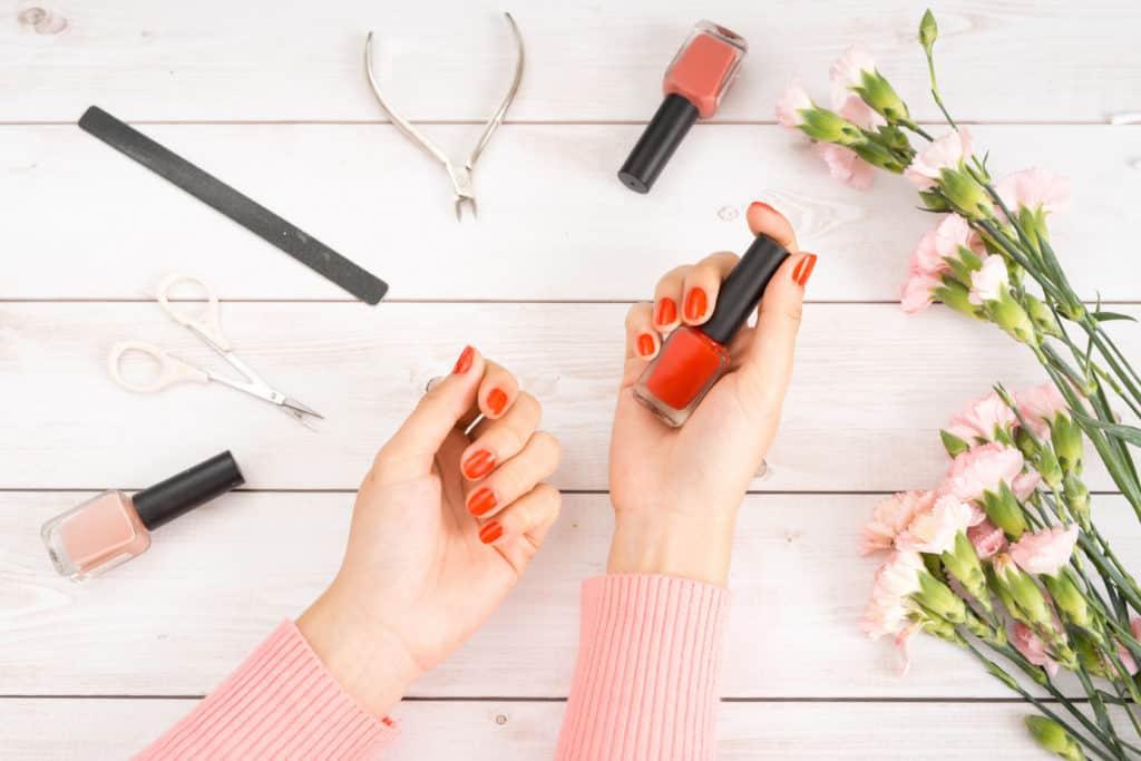 manicure-hybrydowy-a-lakier-zwykly-rosamed-clinic