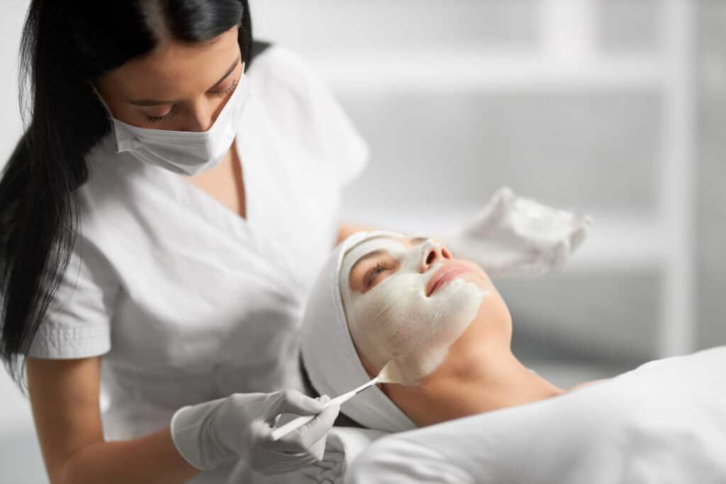Zabiegi na twarz, oczyszczanie twarzy latem | RosaMed Clinic